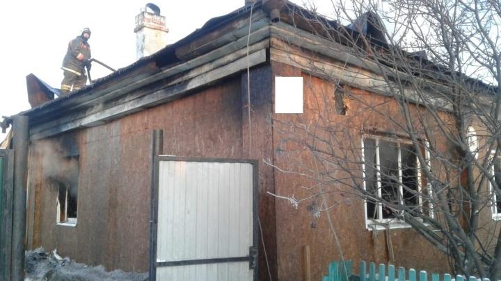 На Урале мужчина поджег дом с женой и ребенком. Что ему за это будет?