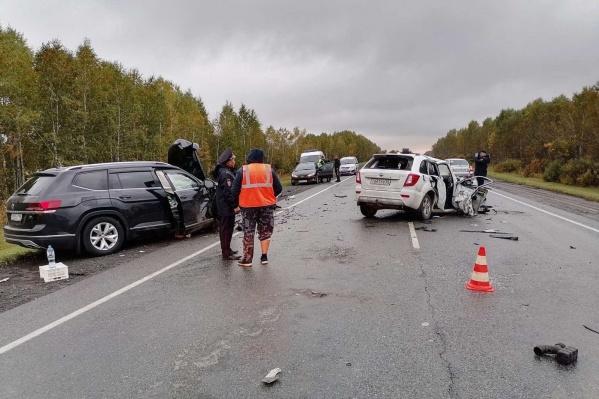 Во время столкновения оба автомобиля существенно пострадали