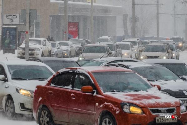 Зима для автомобилистов — сложное время. Труднее и ездить, и парковаться