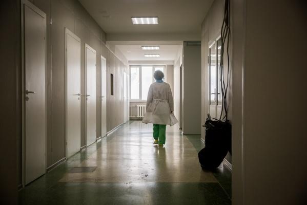 В реанимации 108 пациентов, 41 из них — на ИВЛ