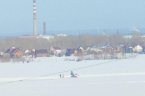 Планер оказался в снегу в районе частного сектора