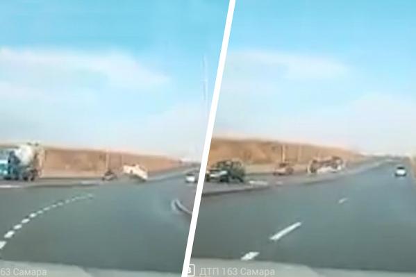 Иномарка чудом не зацепила в полете другие машины