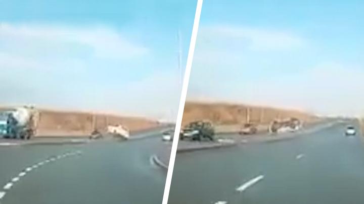 Кубарем по встречке: под Самарой BMW налетел на бордюр и несколько раз перевернулся