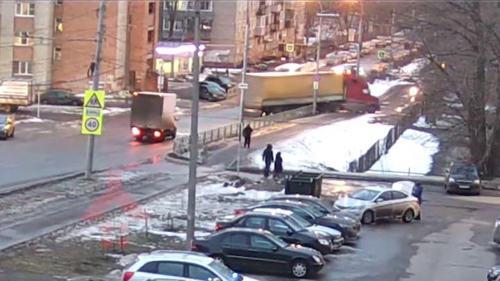 В Ярославле грузовик выехал с проспекта и врезался в территорию школы