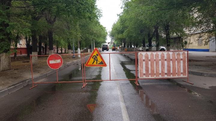 «Есть в жизни что-то вечное»: в центре Волгограда в очередной раз разломали асфальт на улице Советской