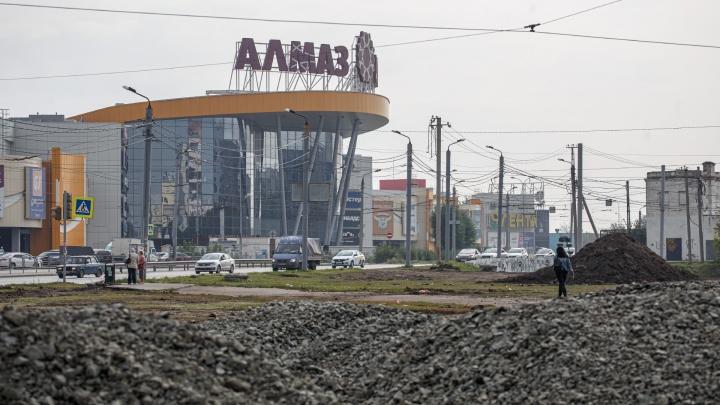 Пешеходный участок на пути к ТРК «Алмаз» в Челябинске начали приводить в порядок (наконец-то!)