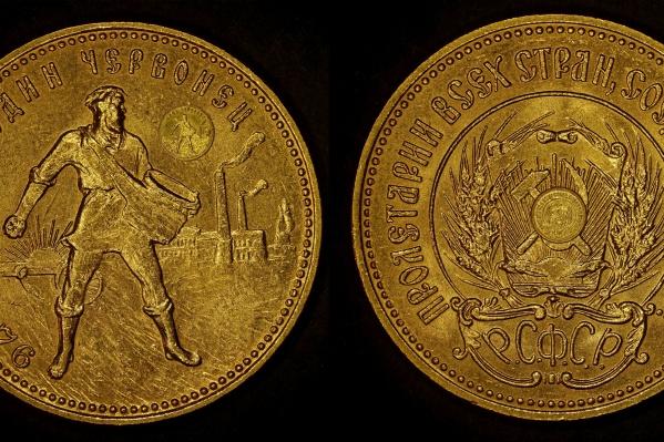 Миниатюрная копия золотого червонца положена для масштаба на оригинальную монету