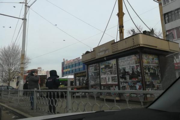 Газетами, журналами и разной мелочевкой торговали в этом месте незаконно