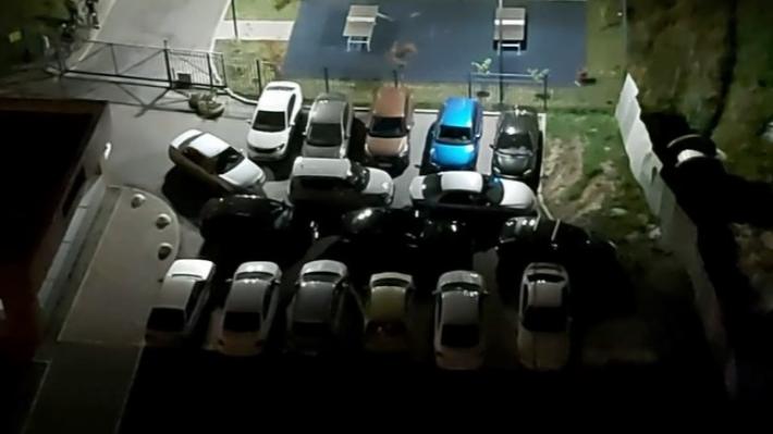 «Я паркуюсь как...»: в Екатеринбурге водители ставят по два десятка машин на крохотных клочках земли