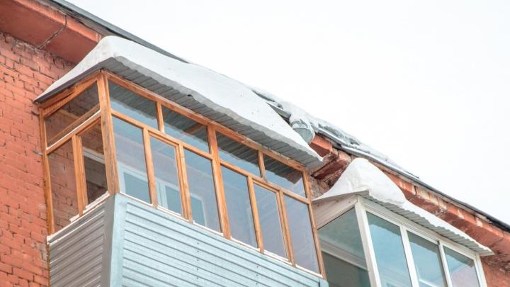 В Самаре начали чистить крыши