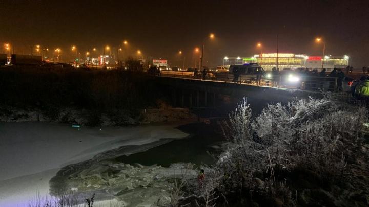 На окраине Перми автомобиль упал в реку: погибли женщина и ребенок