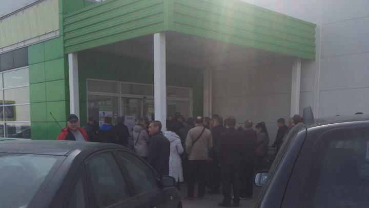 Толпились на улице: в Ярославле выстроилась очередь в магазин стройматериалов