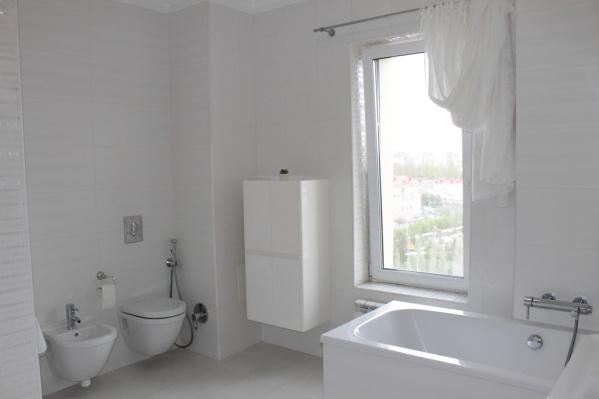 Из окна ванной комнаты виден сквер имени 30-летия ВЛКСМ
