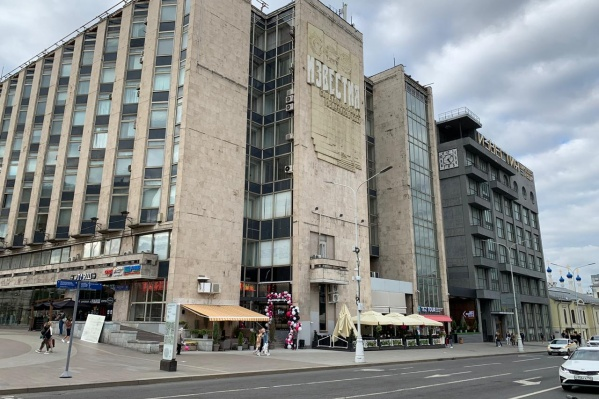 Кондитерская заняла место на одной из самых оживленных площадей столицы