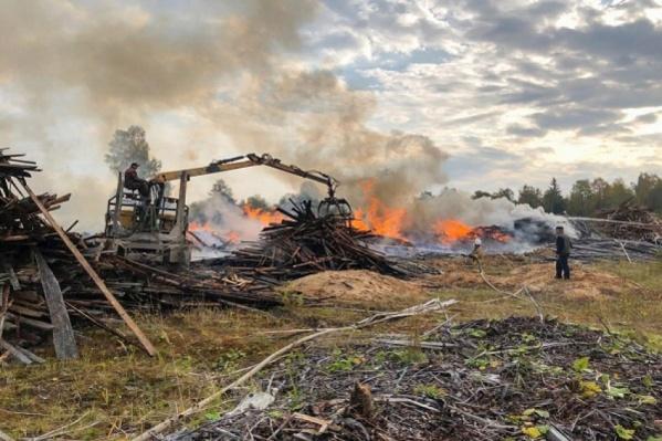 Местные жители пожаловались пожарным, что рядом с таким объектом чувствуют себя так, будто живут на пороховой бочке