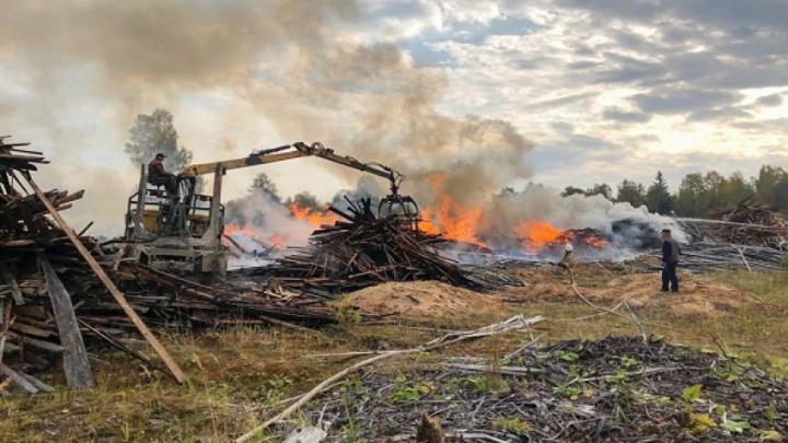 В поселке Конёво целый день тушили крупный пожар на свалке