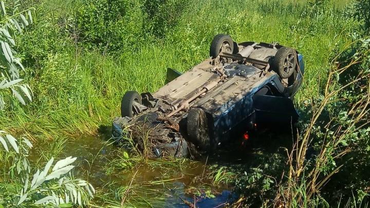 В Зауралье пожилой водитель вылетел с дороги в болото