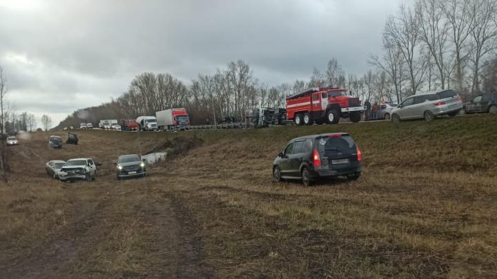 «Тойота» сошла в кювет после столкновения с трактором под Новосибирском