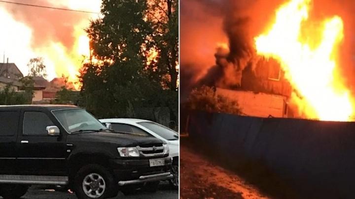 Под Тюменью загорелся двухэтажный дом: причиной пожара могла стать молния