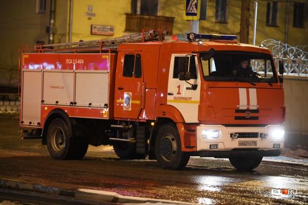 Пожар случился на парковке на ЖБИ