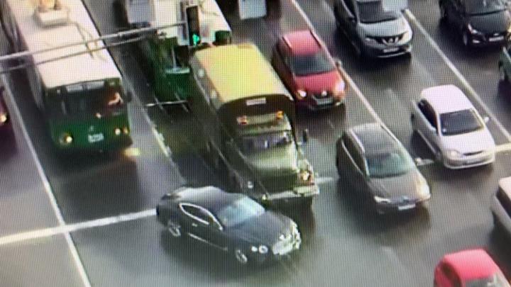 ЗИЛ против «Бентли Континенталь»: шофёр грузовика забодал дорогущую машину — смотрим, намеренно или нет