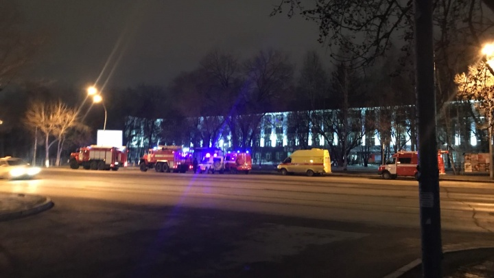 Ночью в здании Тюменского индустриального университета работали полиция, скорая, МЧС