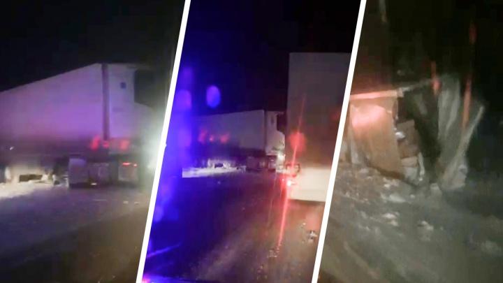 Фуру сложило пополам, вторая — в кювете, легковушка разбилась: на трассе в Свердловской области массовое ДТП