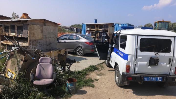В Новосибирске таксист подрался с мужчиной, чей ребёнок испортил салон. В ход пошли нож и дубинка
