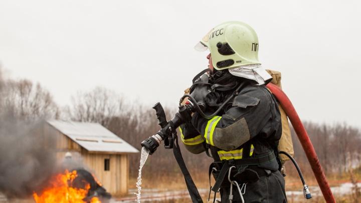 В Кемерово 38 пожарных целый час тушили цех