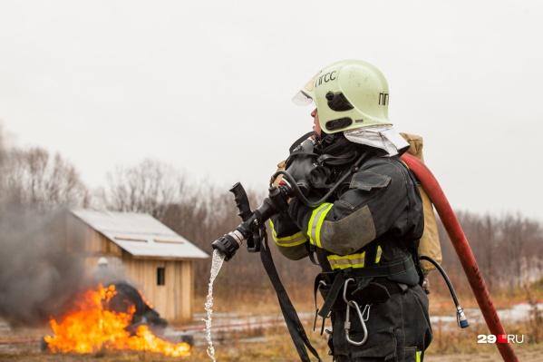 В течение часа пожарные боролись с огнём в цехе