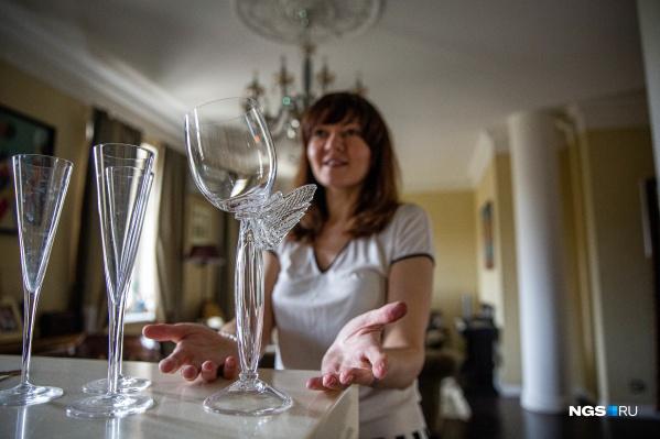 Судя по всему, любимый кухонный аксессуар у Евгении Головковой — это винный бокал. Она их привозит отовсюду