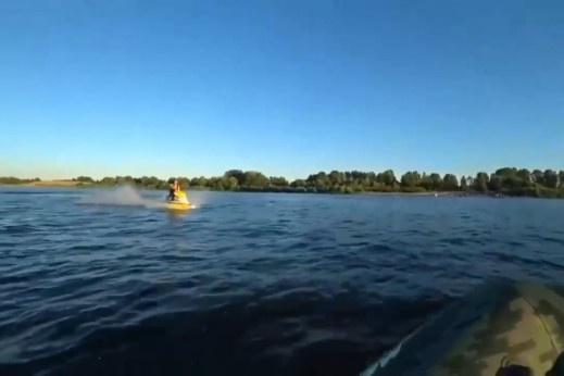 Гидроцикл на большой скорости врезался в лодку