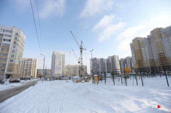 Сейчас в Челябинске микрорайоны застраивают поэтапно: сначала возводят дома, потом — всё остальное (и то не всегда)