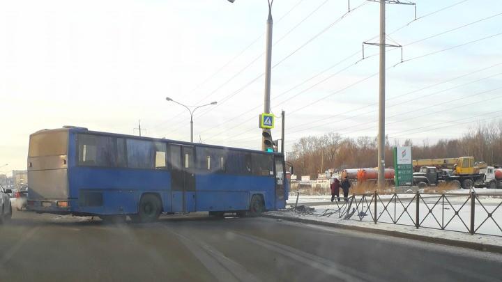 В Перми автобус столкнулся с легковушкой и врезался в светофор