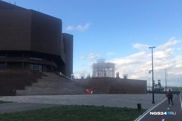 Сейчас конструкция напоминает большой куб