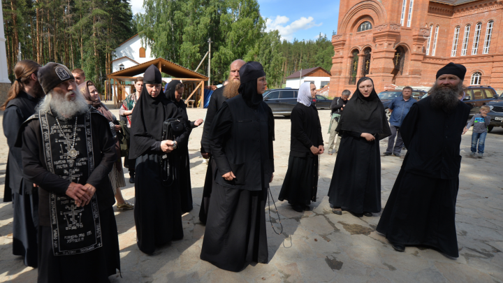 Их предупреждали: епархия отстранила священников Среднеуральского монастыря за службу с отцом Сергием