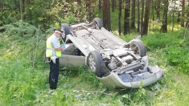 Mitsubishi вылетел с дороги и перевернулся: на трассе под Екатеринбургом смертельное ДТП