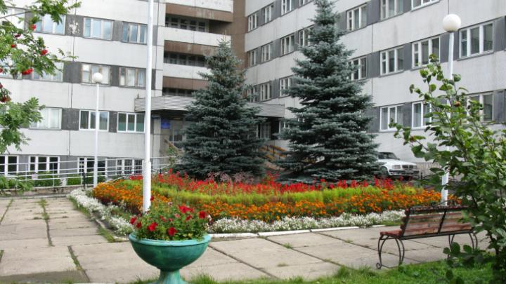 Главврач красноярского госпиталя выпала из окна своего кабинета на пятом этаже
