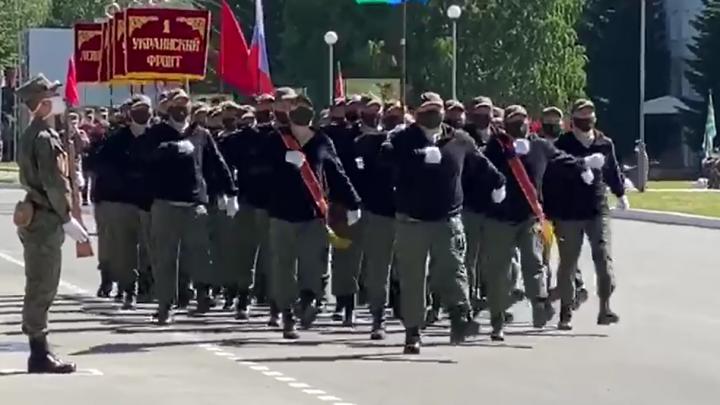 Все солдаты в масках: показываем, как проходит репетиция военного парада в Екатеринбурге