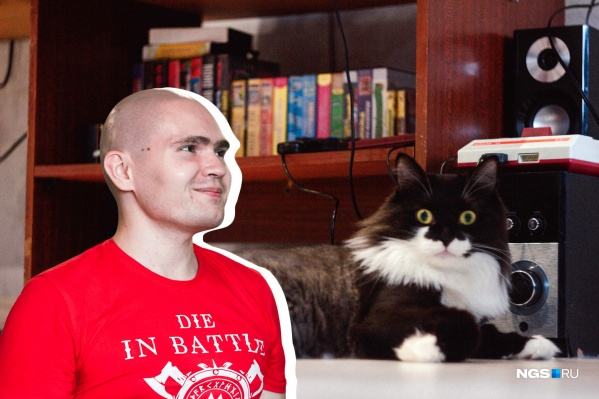 Все герои нашего репортажа в одном кадре: новосибирец Александр Маутин, кот Семён, «Денди» и малая часть картриджей