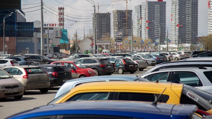 Ищем свободное местечко. Как в Челябинске в самоизоляцию выглядят парковки в центре города