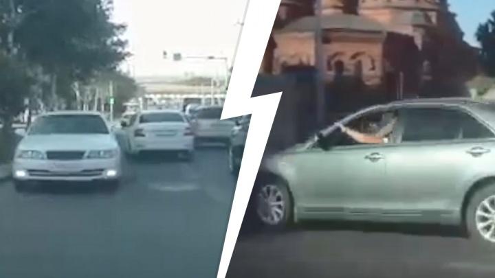 Toyota выехала на встречку Красного проспекта — и попала на видеорегистраторы