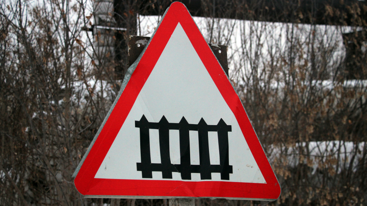 На окраине Омска грузовик столкнулся с тепловозом — погибли два человека