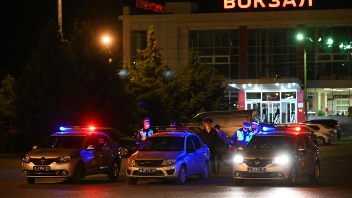 «На всех билетов не хватит»: вокзал Волжского штурмуют полторы тысячи граждан Узбекистана