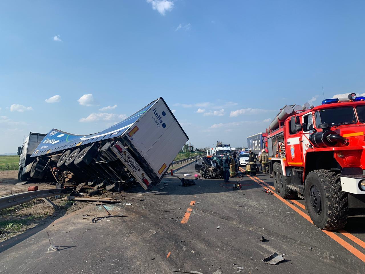 Фургон грузовика почти перевернулся от столкновения