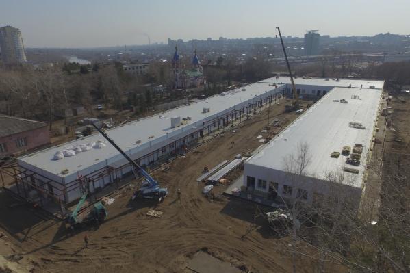 Новый медцентр рядом с мэрией обещают закончить раньше срока — к 30 апреля. Судя по фотографиям, сделано уже многое