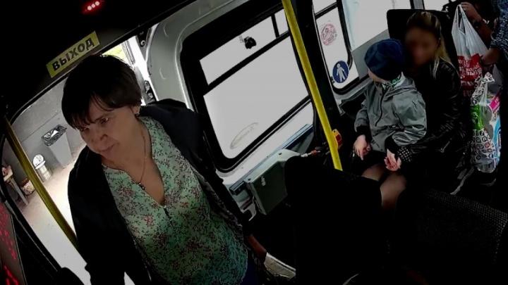Полиция в Архангельске разыскивает женщину, которая могла быть причастна к краже кошелька в автобусе