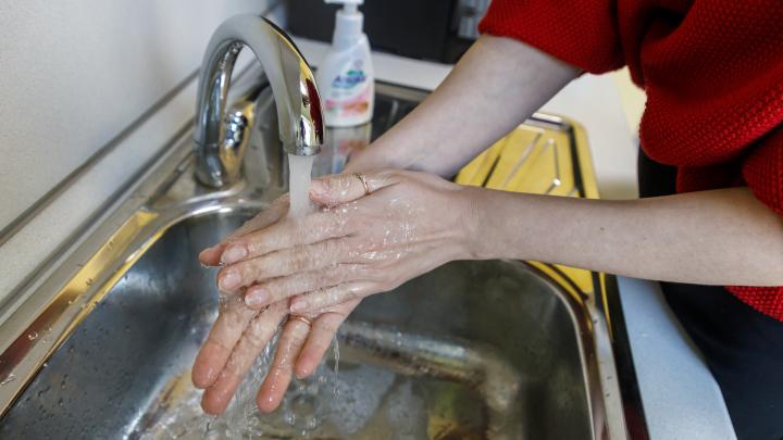 Пять наивных вопросов о коронавирусе: способен ли спирт защитить от заразы и как правильно мыть руки?