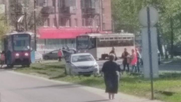 Застрявшая на путях иномарка заблокировала в Ярославле работу трамваев