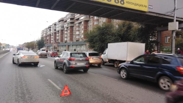 На Большевистской столкнулись три автомобиля — на месте собралась пробка